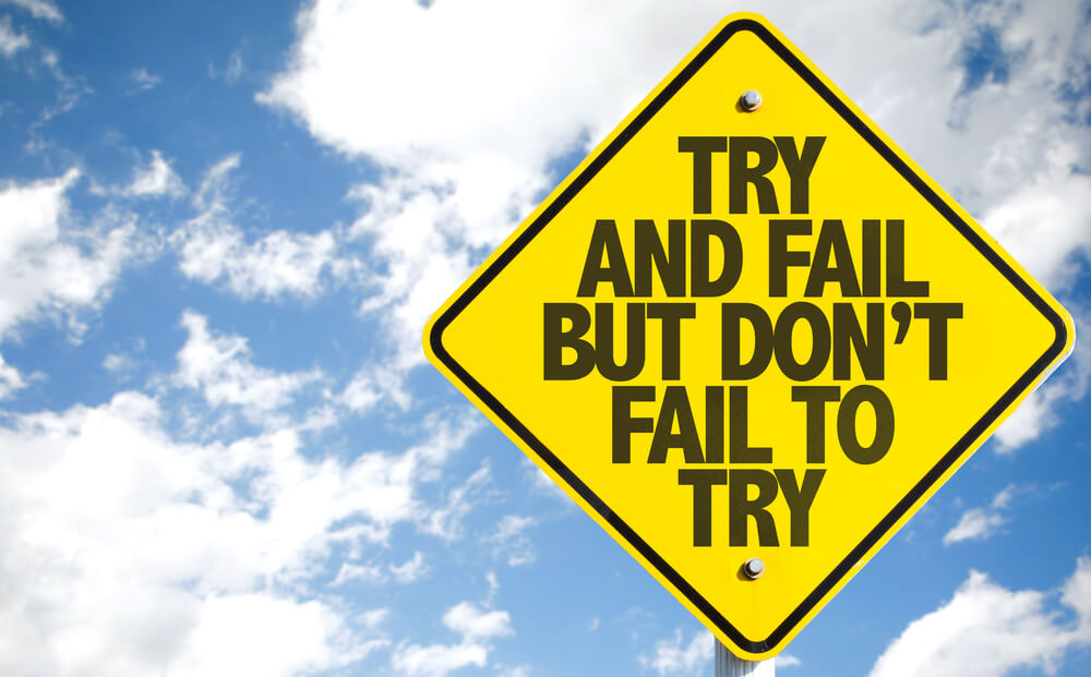 Placa com os dizeres 'try and fail but don't fail to try'