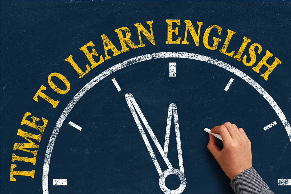Quadro negro com os dizeres 'Time to Learn English'
