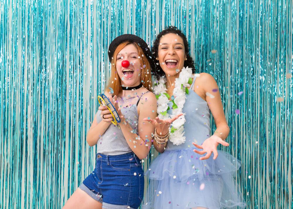 Duas meninas felizes e fantasiadas em uma festa
